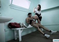 Sportlehrer bekommt geil und fickt charmant lockigen Mädchen Anna